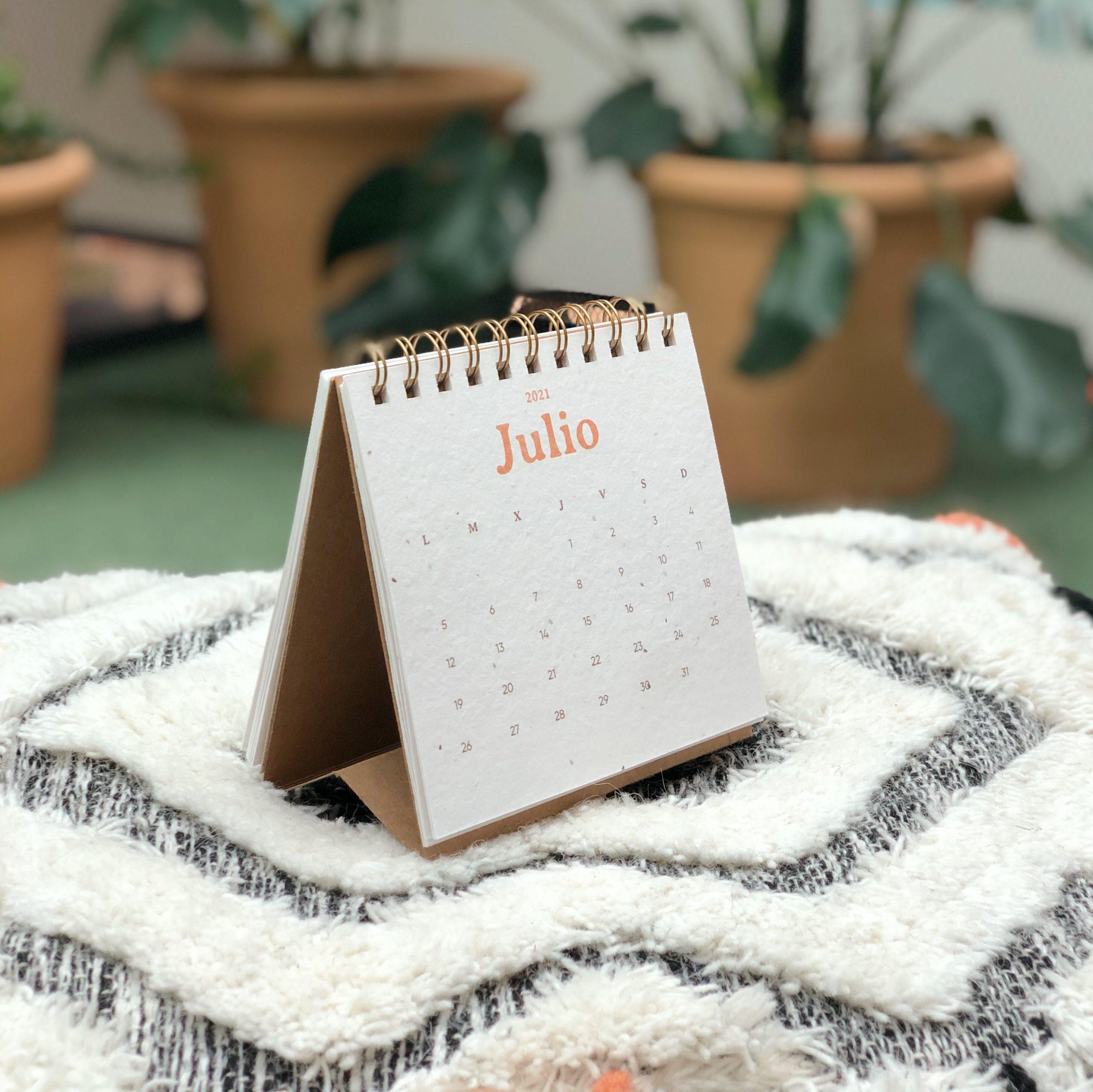 ¿Qué incluye este producto?     · 12 meses tamaño 14x15cm, de algodón reciclado de ropa usada, con semillas en su composición. Una vez pasado el mes, ¡se puede plantar!  · La cara trasera de cada mes lleva las instrucciones de plantado y un diseño de paisaje de cada estación del año. Es perfecto para que cuando pase el mes, lo separes del calendario y se lo regales a un@ amig@ que tenga cumpleaños  · Portada de papel reciclado de www.sheedopapers.com, a partir de residuos de Lemongrass y de algodón  · Cada mes es una semilla diferente: manzanilla, tomate, celosia y zanahoria